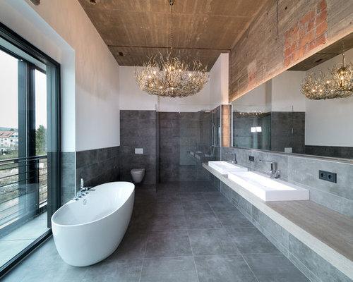 Großes Industrial Badezimmer En Suite Mit Freistehender Badewanne,  Bodengleicher Dusche, Steinfliesen, Keramikboden,