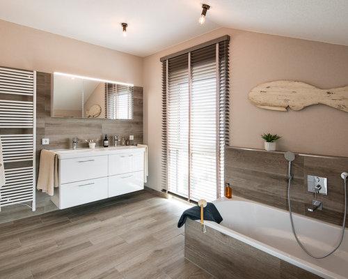 Perfekt Mittelgroßes Modernes Duschbad Mit Weißen Schränken, Einbaubadewanne,  Bodengleicher Dusche, Braunen Fliesen, Braunem