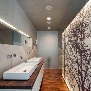 Mittelgroßes Modernes Badezimmer mit flächenbündigen Schrankfronten, weißen Schränken, grauer Wandfarbe, Aufsatzwaschbecken, Waschtisch aus Holz, braunem Boden und dunklem Holzboden in Hamburg