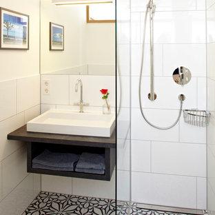 Idee per una piccola stanza da bagno con doccia chic con lavabo a bacinella, pareti bianche, nessun'anta, ante nere, doccia ad angolo, piastrelle bianche, piastrelle in ceramica, pavimento con piastrelle in ceramica, top in quarzo composito e pavimento multicolore