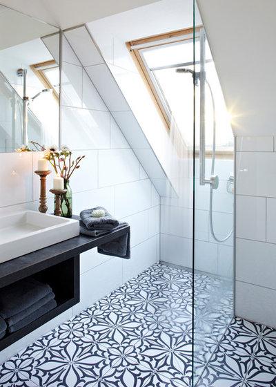 Badezimmer mit dachschr ge 9 tipps f r dusche badewanne - Zementfliesen bad ...