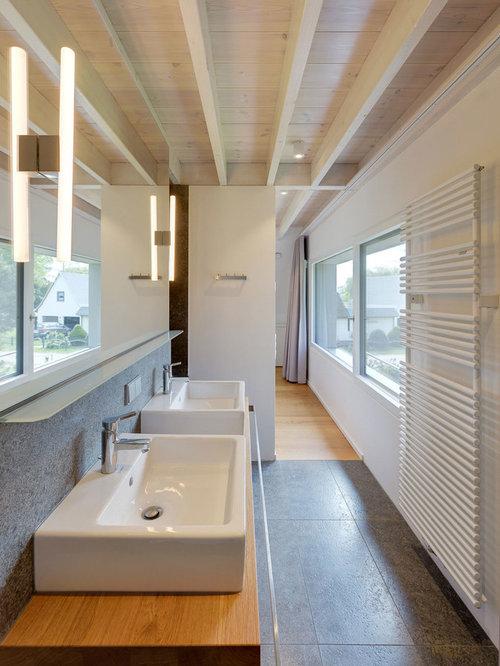 Modernes Badezimmer Mit Grauen Fliesen, Steinplatten, Weißer Wandfarbe Und  Aufsatzwaschbecken In Berlin