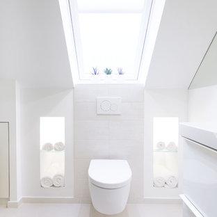 Foto di una stanza da bagno contemporanea di medie dimensioni con pareti bianche, pavimento in sughero e pavimento bianco