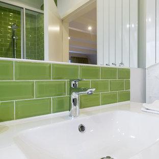 Imagen de cuarto de baño actual, de tamaño medio, con paredes blancas, suelo de corcho y suelo blanco