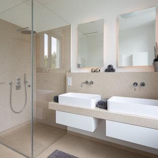 Mittelgroßes Modernes Badezimmer mit offenen Schränken, Eckdusche, beigefarbenen Fliesen, beiger Wandfarbe, Einbauwaschbecken und Falttür-Duschabtrennung in Essen