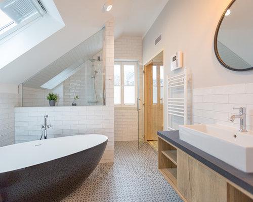 Großes Modernes Duschbad Mit Flächenbündigen Schrankfronten, Hellen  Holzschränken, Freistehender Badewanne, Weißen Fliesen,