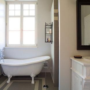 Mittelgroßes Landhausstil Badezimmer Mit Weißen Schränken,  Löwenfuß Badewanne, Braunen Fliesen, Weißer Wandfarbe