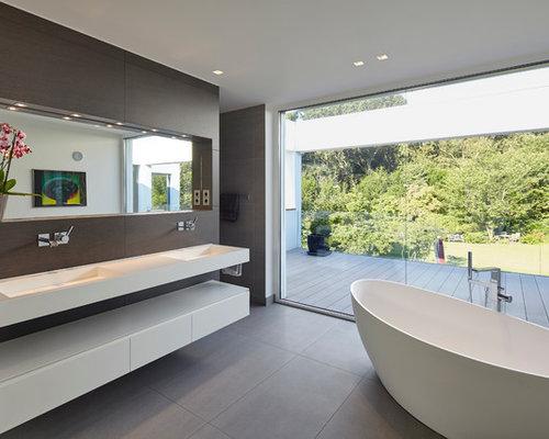 Badezimmer mit integriertem Waschbecken und grauen Fliesen Ideen ...