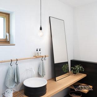 Mittelgroßes Modernes Duschbad mit Aufsatzwaschbecken, Waschtisch aus Holz, grauem Boden, weißer Wandfarbe, beiger Waschtischplatte und Einzelwaschbecken in München