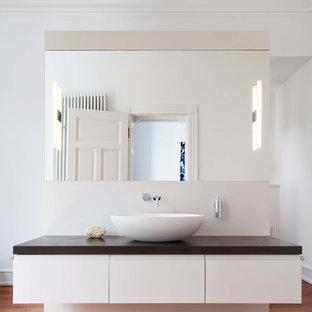 mittelgroes modernes badezimmer en suite mit flchenbndigen schrankfronten weien schrnken weier wandfarbe braunem