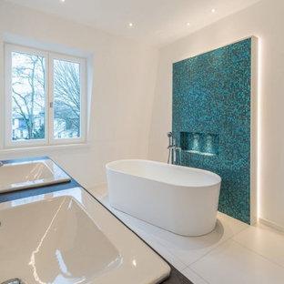 Mittelgroßes Modernes Badezimmer En Suite mit freistehender Badewanne, blauen Fliesen, Mosaikfliesen, weißer Wandfarbe, Keramikboden, Einbauwaschbecken und weißem Boden in Hamburg