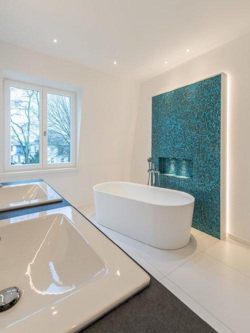 Mittelgroßes Modernes Badezimmer En Suite Mit Freistehender Badewanne,  Blauen Fliesen, Mosaikfliesen, Weißer Wandfarbe