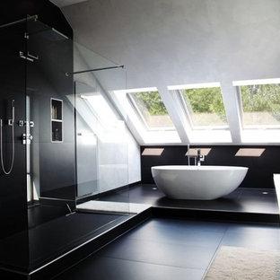 Geräumiges Modernes Badezimmer mit freistehender Badewanne, offener Dusche, schwarzen Fliesen, weißer Wandfarbe, Aufsatzwaschbecken und offener Dusche in Sonstige