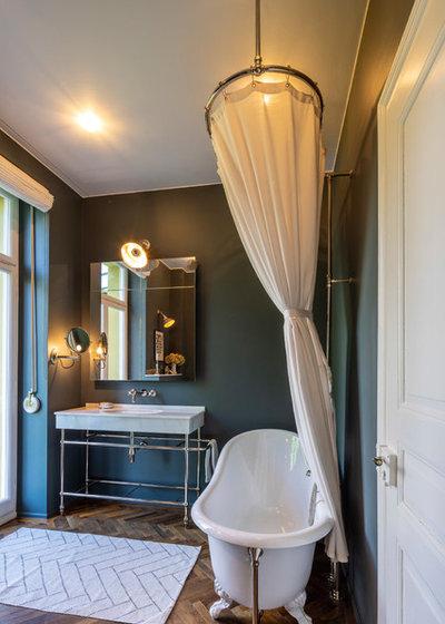 Klassisch Badezimmer by TRADITIONAL BATHROOMS
