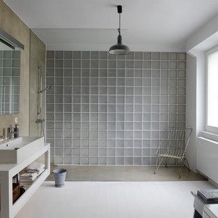 Imagen de cuarto de baño industrial, grande, con armarios abiertos, puertas de armario blancas, paredes blancas, suelo de madera pintada, lavabo de seno grande, encimera de madera, ducha a ras de suelo y encimeras blancas
