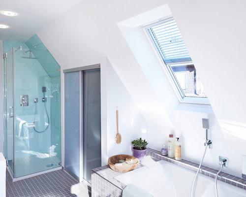 Modernes Badezimmer Mit Einbaubadewanne, Eckdusche, Grauen Fliesen,  Mosaikfliesen Und Mosaik Bodenfliesen In