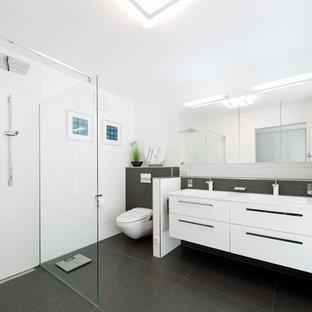 Mittelgroßes Modernes Badezimmer Mit Flächenbündigen Schrankfronten, Weißen  Schränken, Bodengleicher Dusche, Wandtoilette, Grauen
