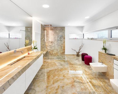 Großes Modernes Duschbad Mit Weißer Wandfarbe, Quarzit Waschtisch,  Bodengleicher Dusche, Wandtoilette,