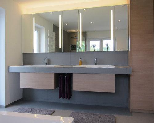 Modernes Badezimmer Mit Einbauwaschbecken, Hellen Holzschränken, Gefliestem  Waschtisch, Einbaubadewanne, Bodengleicher Dusche,