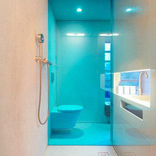 Idee per una stanza da bagno minimal con doccia alcova, WC sospeso, piastrelle beige, lastra di pietra, pareti beige e pavimento in pietra calcarea