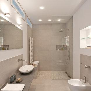 Создайте стильный интерьер: ванная комната среднего размера в современном стиле с серой плиткой, белыми стенами, душевой кабиной, открытым душем, биде, керамической плиткой, полом из керамической плитки, настольной раковиной и открытым душем - последний тренд