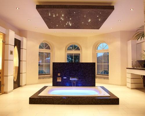 Großes Modernes Badezimmer En Suite Mit Einbaubadewanne, Weißer Wandfarbe,  Flächenbündigen Schrankfronten, Weißen Schränken