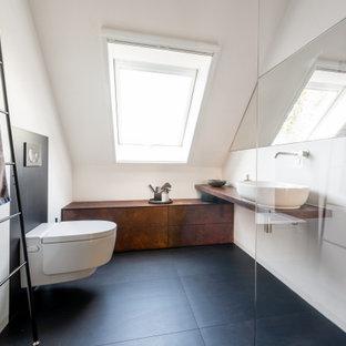 Mittelgroßes Modernes Duschbad mit bodengleicher Dusche, schwarz-weißen Fliesen, Aufsatzwaschbecken, offener Dusche, Einzelwaschbecken und schwebendem Waschtisch in Stuttgart