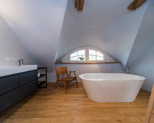 Mittelgroßes Skandinavisches Badezimmer En Suite Mit Flächenbündigen  Schrankfronten, Schwarzen Schränken, Freistehender Badewanne, Weißen