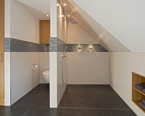 beautiful foto de cuarto de bao actual grande con puertas de armario de madera clara with suelo de pizarra