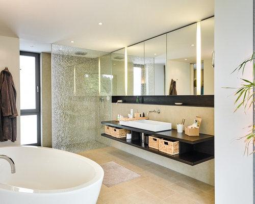 nasszelle mittelgroaes modernes duschbad mit offenen schranken dunklen holzschranken freistehender badewanne weiaer komplett
