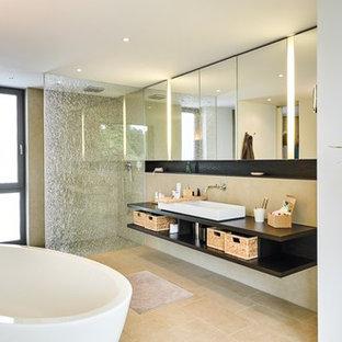 Mittelgroßes Modernes Duschbad mit offenen Schränken, dunklen Holzschränken, freistehender Badewanne, Nasszelle, weißer Wandfarbe, Zementfliesen, Aufsatzwaschbecken, Waschtisch aus Holz, beigem Boden und offener Dusche in Sonstige