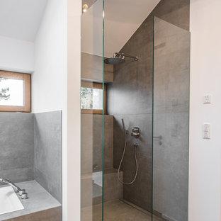 Idee per una stanza da bagno con doccia design di medie dimensioni con doccia a filo pavimento, piastrelle grigie, pareti bianche, pavimento in legno massello medio, pavimento marrone e doccia aperta