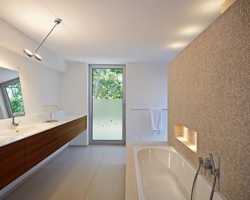 Großes Modernes Badezimmer Mit Integriertem Waschbecken, Flächenbündigen  Schrankfronten, Dunklen Holzschränken, Einbaubadewanne, Braunen