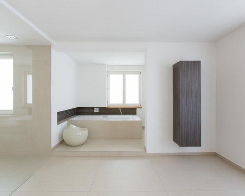 Geräumiges Modernes Badezimmer En Suite Mit Flächenbündigen Schrankfronten,  Dunklen Holzschränken, Beigefarbenen Fliesen, Weißer