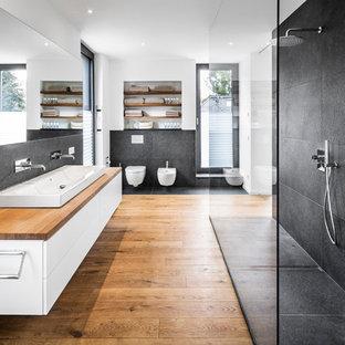 Badezimmer mit schwarzen Fliesen und braunem Holzboden Ideen, Design ...