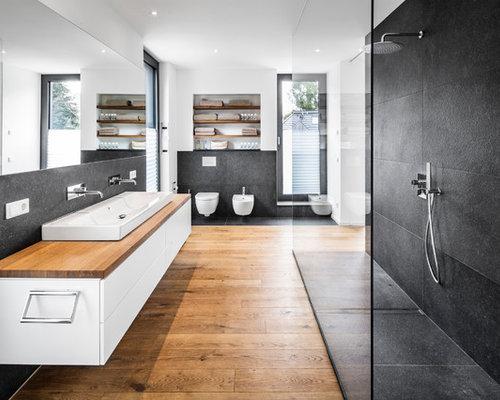 Großes Modernes Badezimmer Mit Flächenbündigen Schrankfronten, Weißen  Schränken, Offener Dusche, Bidet, Schwarzen