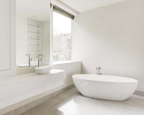 Mittelgroßes Modernes Badezimmer En Suite Mit Flächenbündigen  Schrankfronten, Weißen Schränken, Mineralwerkstoff Waschtisch,
