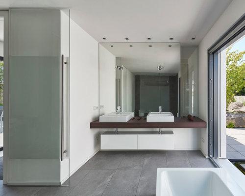 Beispiel Für Große Moderne Badezimmer Mit Aufsatzwaschbecken,  Flächenbündigen Schrankfronten, Weißen Schränken, Waschtisch Aus