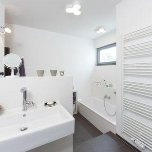 Großes Modernes Badezimmer Mit Badewanne In Nische, Grauen Fliesen, Weißen  Fliesen, Weißer Wandfarbe