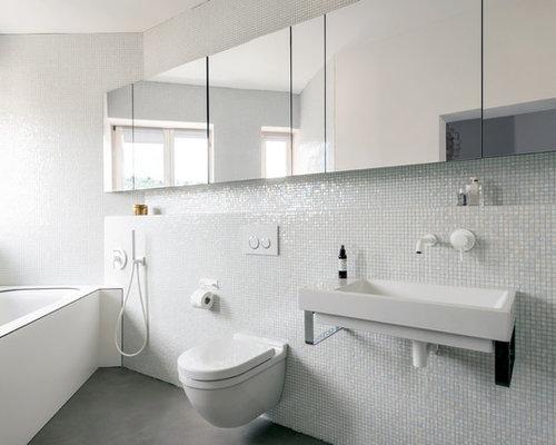 Kleines Modernes Badezimmer Mit Unterbauwanne, Wandtoilette, Mosaikfliesen,  Weißer Wandfarbe, Wandwaschbecken Und Betonboden