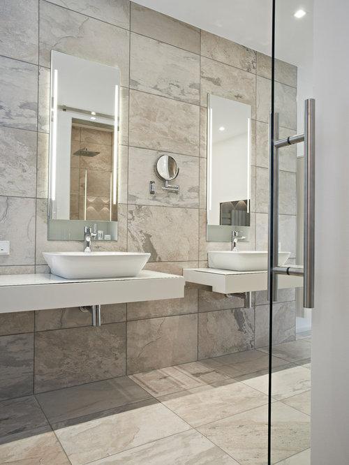 Modernes Badezimmer Mit Aufsatzwaschbecken Und Grauen Fliesen In Sonstige