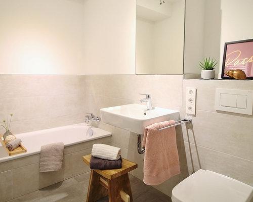 Kleines Nordisches Duschbad Mit Offenen Schränken, Badewanne In Nische,  Wandtoilette, Grauen Fliesen,