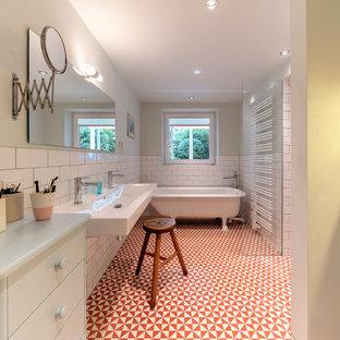 Großes Landhaus Badezimmer En Suite mit flächenbündigen Schrankfronten, grünen Schränken, Löwenfuß-Badewanne, weißen Fliesen, Metrofliesen, Keramikboden, Wandwaschbecken und buntem Boden in Hamburg