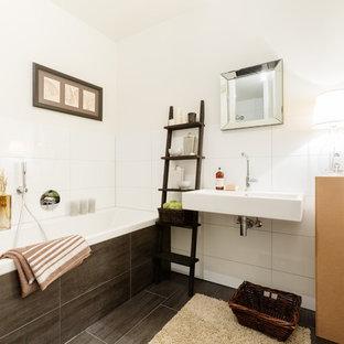 Mittelgroßes Maritimes Duschbad mit Einbaubadewanne, weißen Fliesen, Keramikfliesen, weißer Wandfarbe, Keramikboden, Wandwaschbecken und braunem Boden in Dortmund