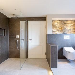 Пример оригинального дизайна: огромная ванная комната в современном стиле с плоскими фасадами, коричневыми фасадами, отдельно стоящей ванной, душем без бортиков, инсталляцией, коричневой плиткой, металлической плиткой, бежевыми стенами, полом из керамической плитки, душевой кабиной, настольной раковиной, столешницей из дерева, серым полом, открытым душем и коричневой столешницей