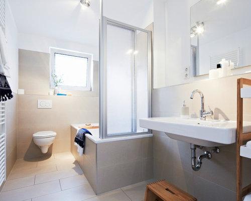 Wunderbar Kleines Modernes Duschbad Mit Einbaubadewanne, Duschbadewanne,  Wandtoilette, Beigefarbenen Fliesen, Zementfliesen, Weißer