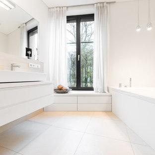 Salle de bain avec un sol en carrelage de porcelaine Hambourg ...