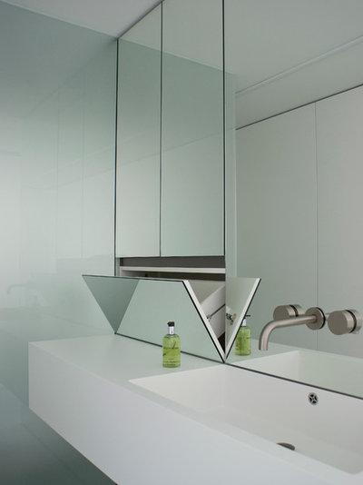 Modern Badezimmer by DER RAUM