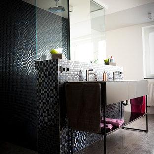 Ispirazione per una stanza da bagno con doccia minimal con vasca freestanding, doccia a filo pavimento, WC a due pezzi, piastrelle nere, piastrelle a mosaico, pareti bianche, pavimento in linoleum, pavimento grigio, doccia aperta, ante lisce e ante nere