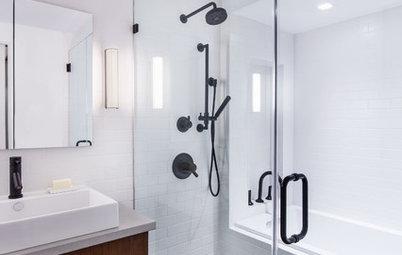Öka spänningen i ditt ljusa badrum med svarta detaljer